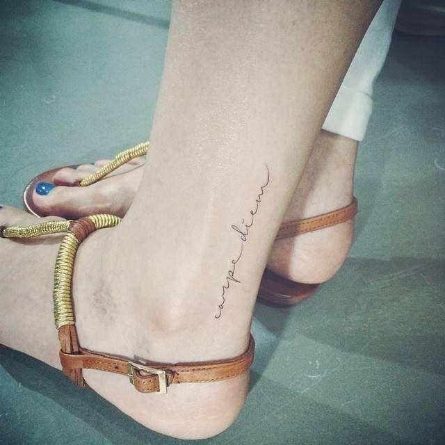 Exemple tatouage discret phrase courte caperdiem femme cheville