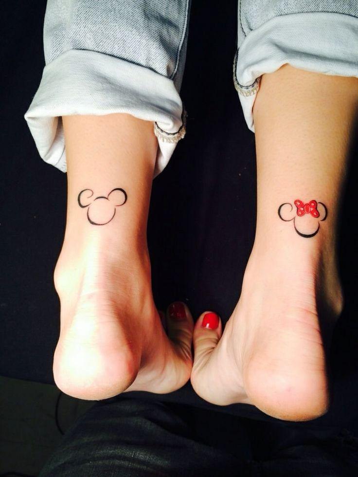 Inspiration femme a tatouer tete de mickey et minnie derriere cheville