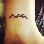 Tatouage discret femme montagne cheville trois pics