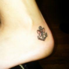 Tatouage femme discret ancre et noeud sur pied