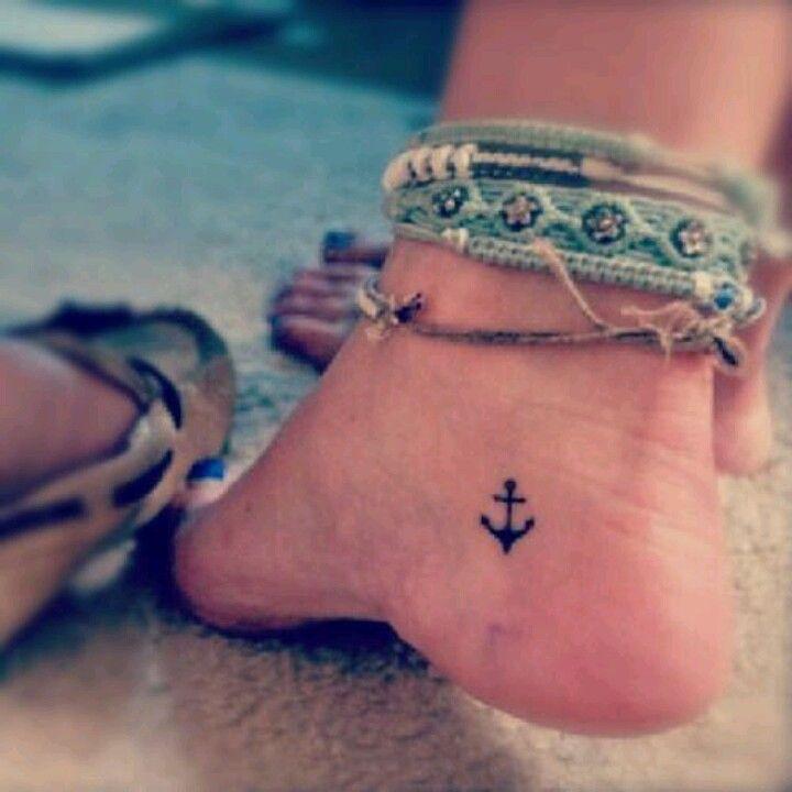 Tatouage femme discret ancre marine pied