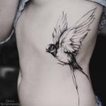 Tatouage cote oiseau femme photo realiste