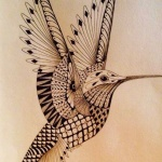 Tatouage oiseau fille avec remplissange geometrique
