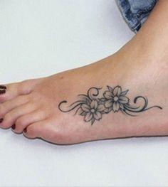 Exemple tatouage cote du pied femme 2 fleurs et arabesque