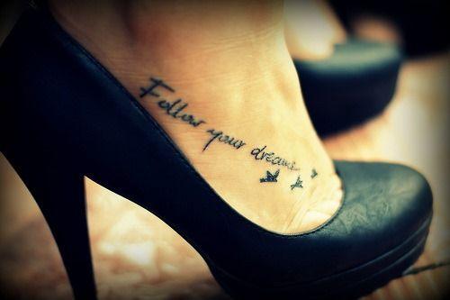 Exemple tatouage phrase pied femme avec hirondelles