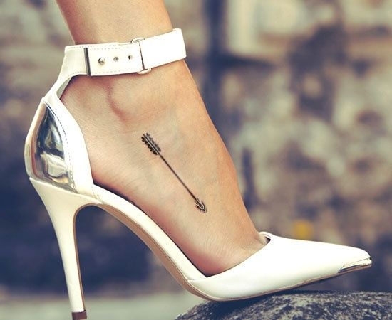 Idee tattoo pied discret fleche tribale femme
