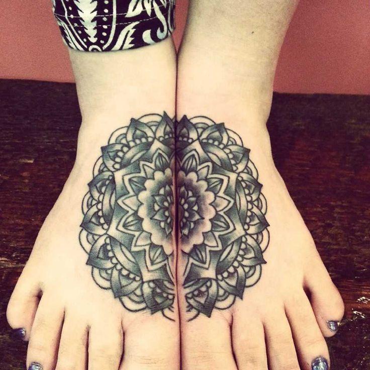 Magnifique tattoo 2 pieds mandala cercle
