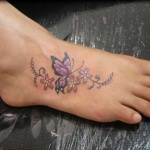 Modele tatouage pied petites fleurs et papillon
