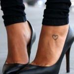 Petit tatouage discret pied femme contour de coeur