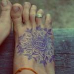 Photo tattoo feminin pied style mandala cercle avec oeil au centre