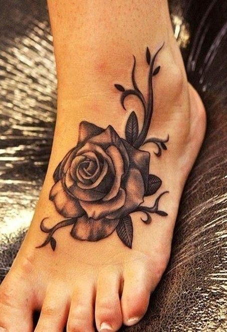 Photorealiste tattoo feminin pied rose noire