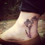 Pied femme a tatouer 2 paquerettes avec petales manquants