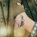 Tatouage femme cheville malleole 3 cimes de montagne enneigee