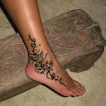 Tatouage femme long du pied et cheville style arabesque floral