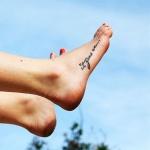 Tatouage femme phrase cote et devant du pied