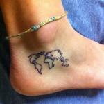 Tatouage femme pied mappemonde sous cheville