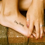 Tatouage pied femme discret phrase courte