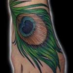 Tatouage pied femme plume de paon couleur
