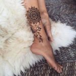 Beau modele tatouage mandala mollet et interieur jambe avec arabesque