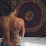 Grand tatouage cote mandala femme