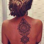 Idee tattoo nuque milieu dos mandala femme