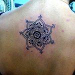 Inspiration mandala centre dos femme a tatouer