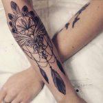Mandala avec plume tatouage femme avant bras