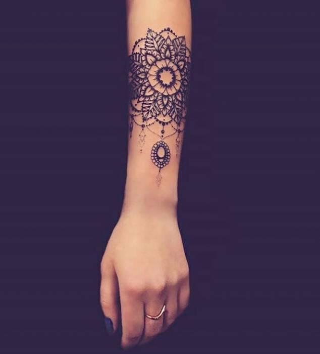 Mandala tatoue sur bras facon bijou