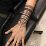 Mandala tatoue sur bras poignet et main bracelet