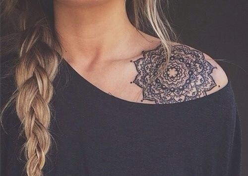 Modele tatouage clavicule et epaule gros mandala