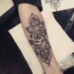 Modele tatouage mandala interieur avant bras avec rose