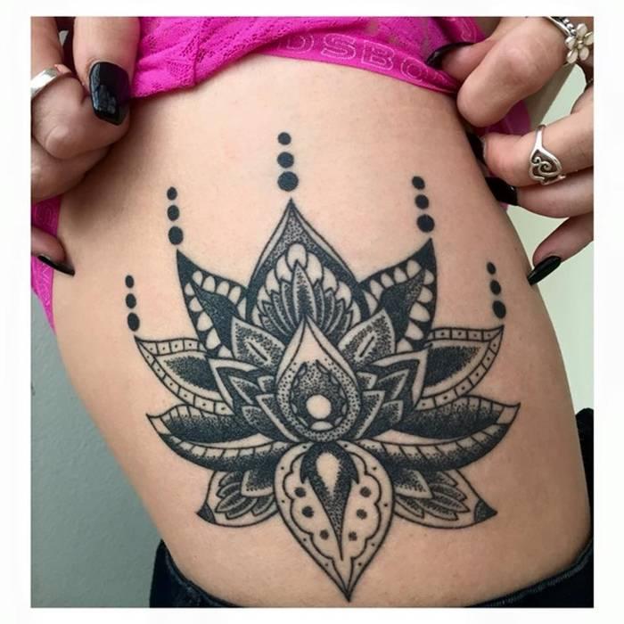 Photo tattoo feminin cote grand mandala