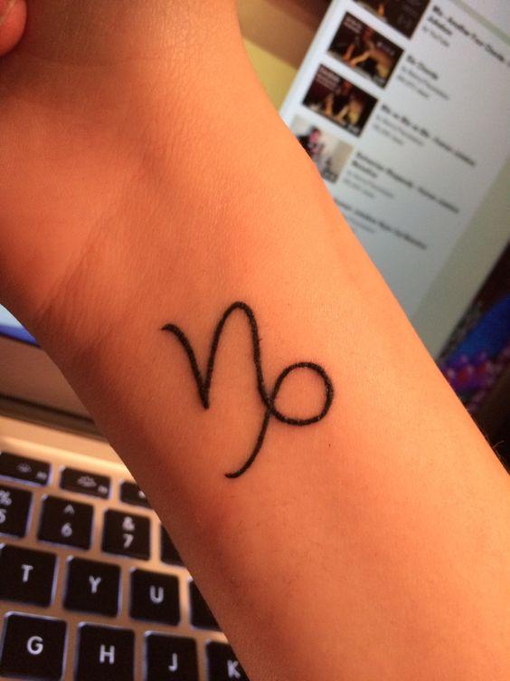 Tatouage capricorne poignet femme signe astro