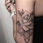 Tatouage femme mandala avec fleur pivoine derriere et haut du bras