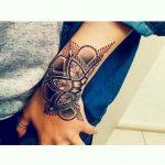 Tatouage main et poignet femme demi mandala