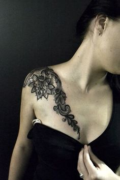 Exemple tatouage epaule et clavicule dentelle