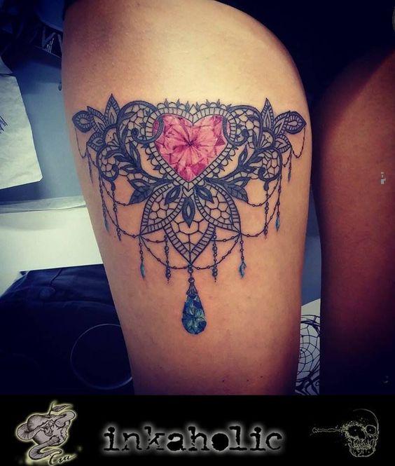 Tatouage dentelle cuisse avec coeur et bijoux rose et bleu