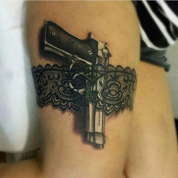Tattoo pistolet dans jarretiere en dentelle femme