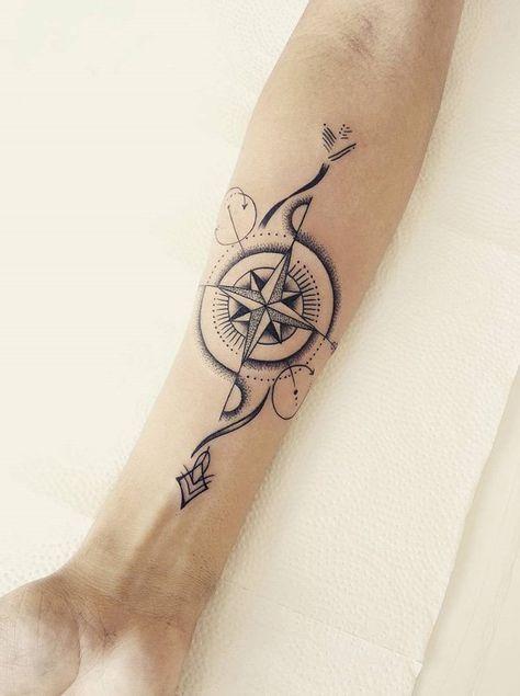 Belle boussole tatouee sur avant bras femme