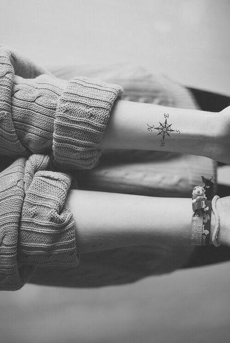 Exemple petit tatouage boussole discret interieur poignet