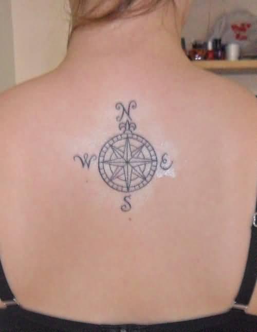 Exemple tatouage boussole haut du dos femme