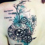 Grand tatouage dos femme composee d une boussole avec horloge et cadran rouage phrase