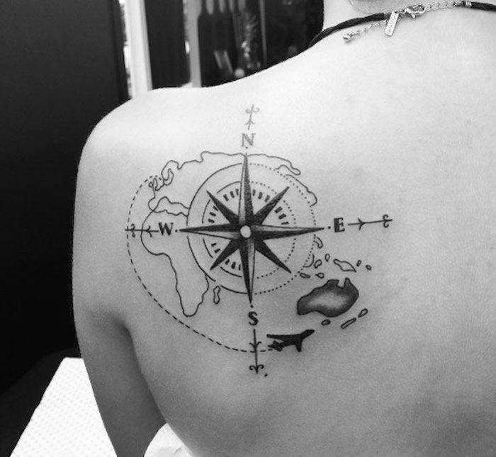 idee tattoo omoplate avec carte du monde stylisee et boussole femme