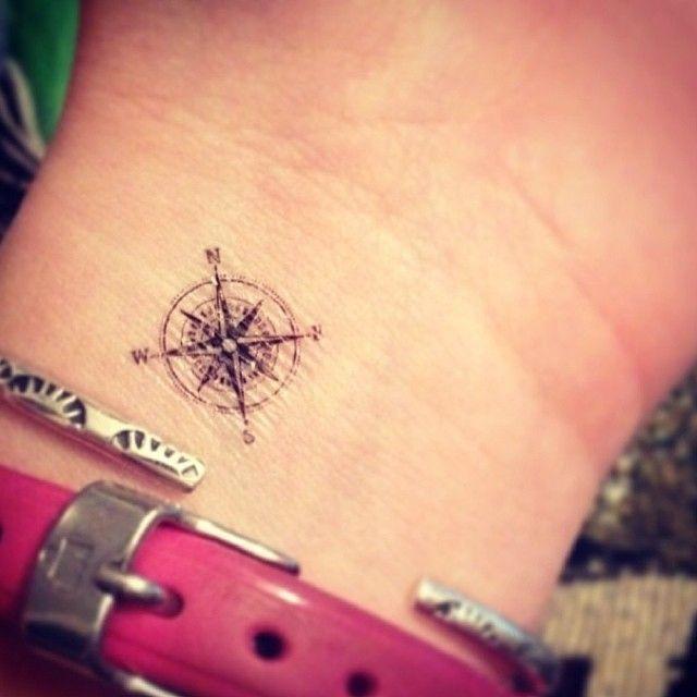 Petit tatouge discret rose des vents boussole poignet