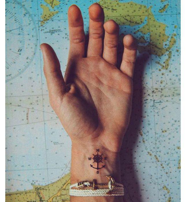 Petite boussole pour tatouage discret femme poignet