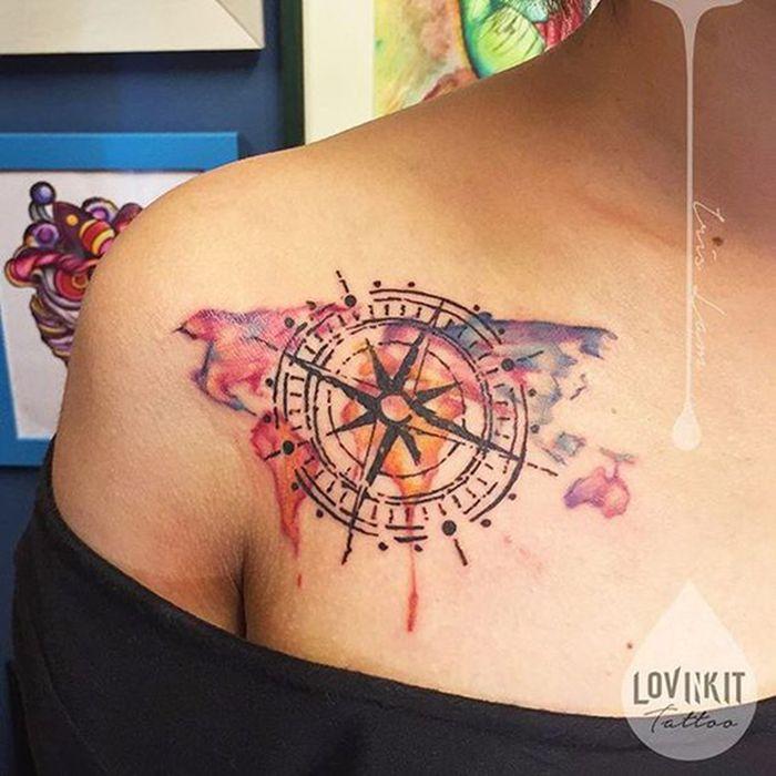 Tatouage aquarelle femme boussole compas et rose des vents