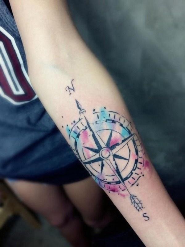tatouage bras aquarelle avec boussole et plume fleche - tatouage femme