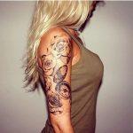 Tatouage femme boussole compas ouvert sur bras entouree de roses blanches sur bras
