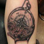 Tatouage montre et boussole fille realiste