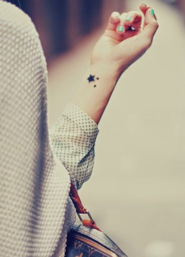 Petit tatouage femme 3 etoiles noires remplies